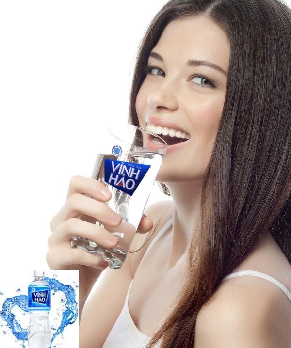 Uống nước đúng cách cho cô nàng công sở bạn có biết Tầm quan trọng của nước Nước chiếm 65 – 70% khối lượng cơ thể con người. Bạn có thể không thở trong 3 ph